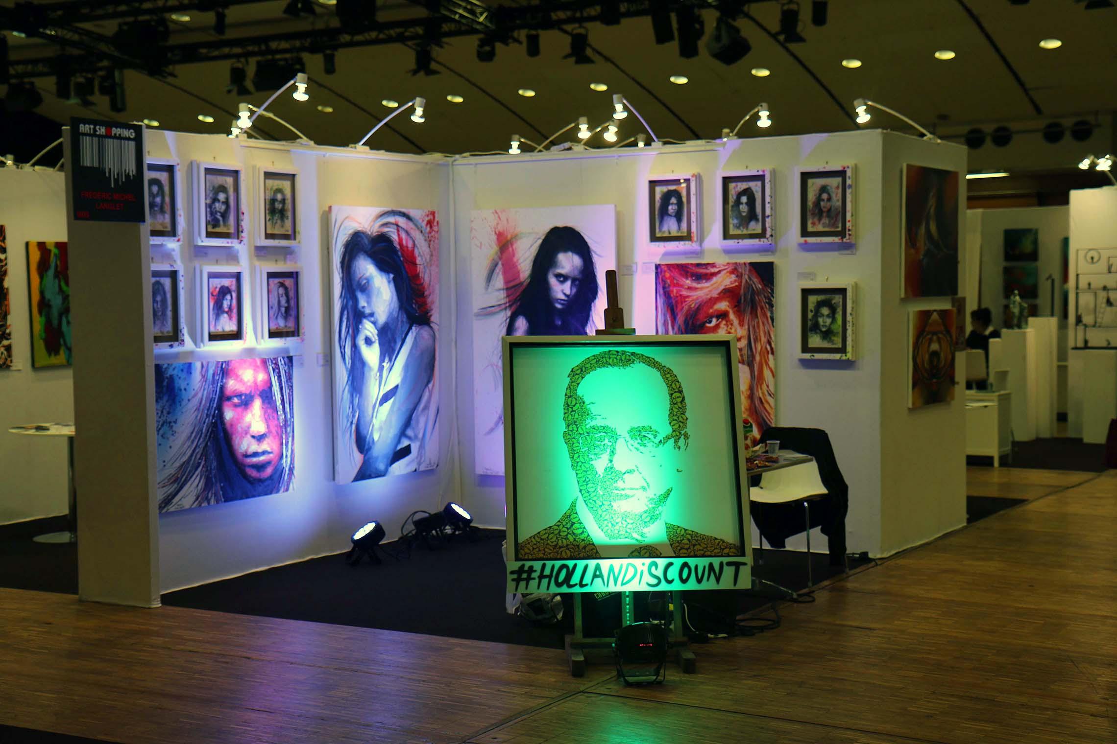 stand pendant l'expositions au carrousel du louvre à paris