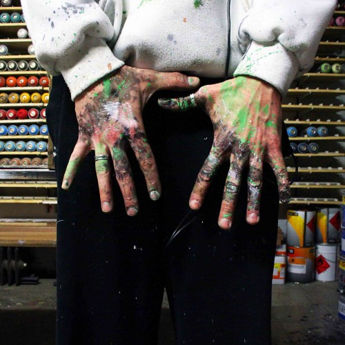 mains pendant la réalisation de chromophobia