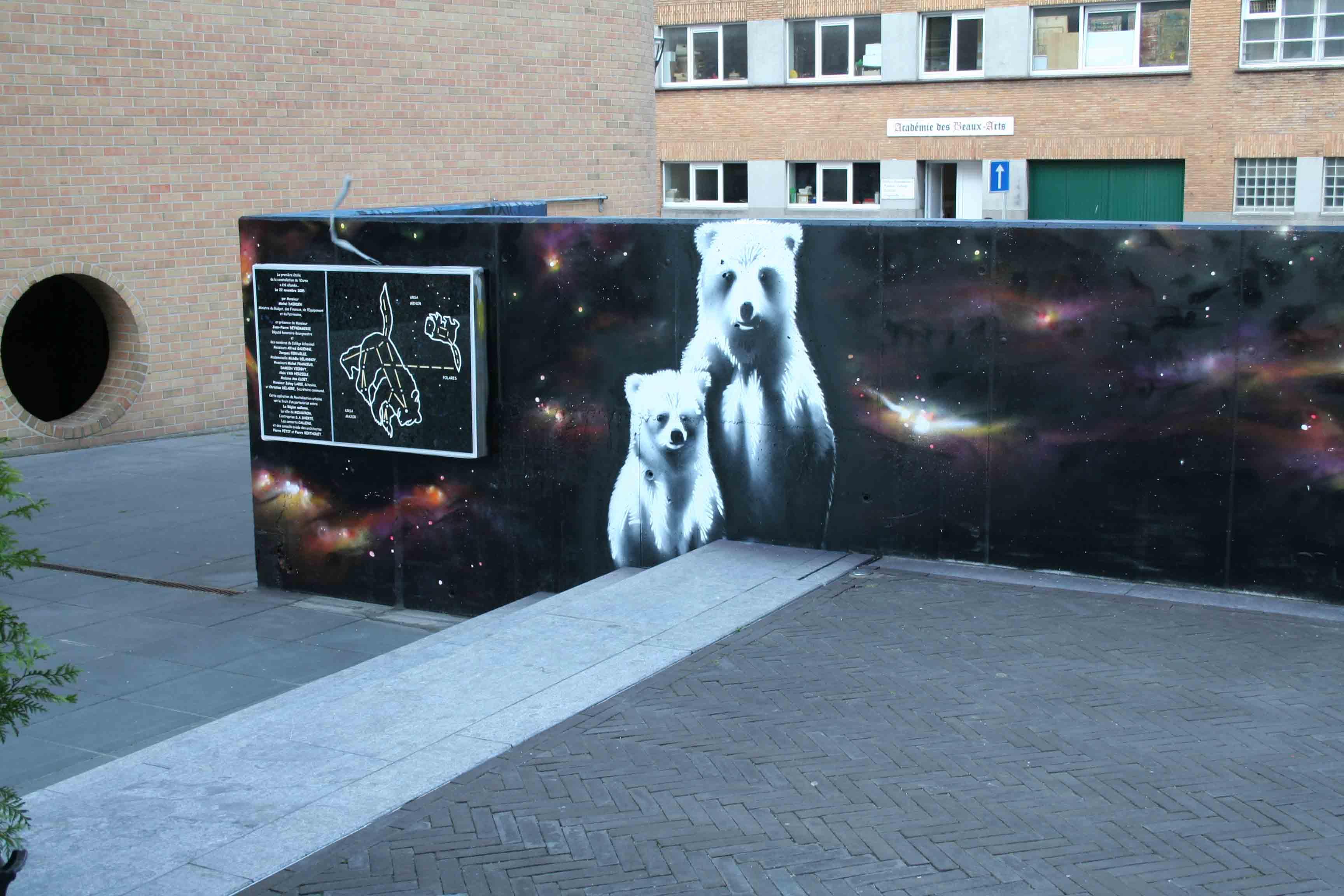 fresques à mouscron d'ours sur un fond galactique