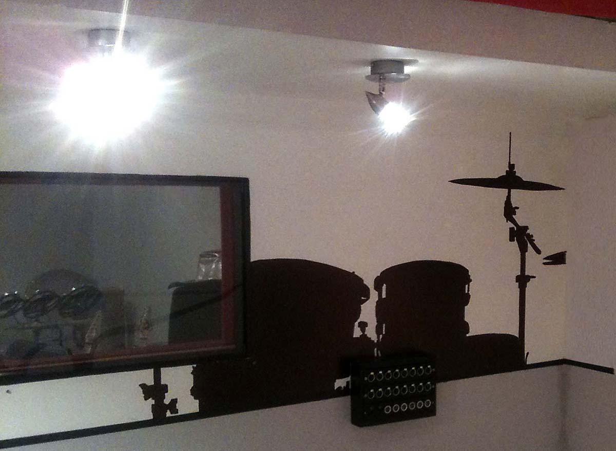 fresques d'une silhouette de batterie dans un studio de musique