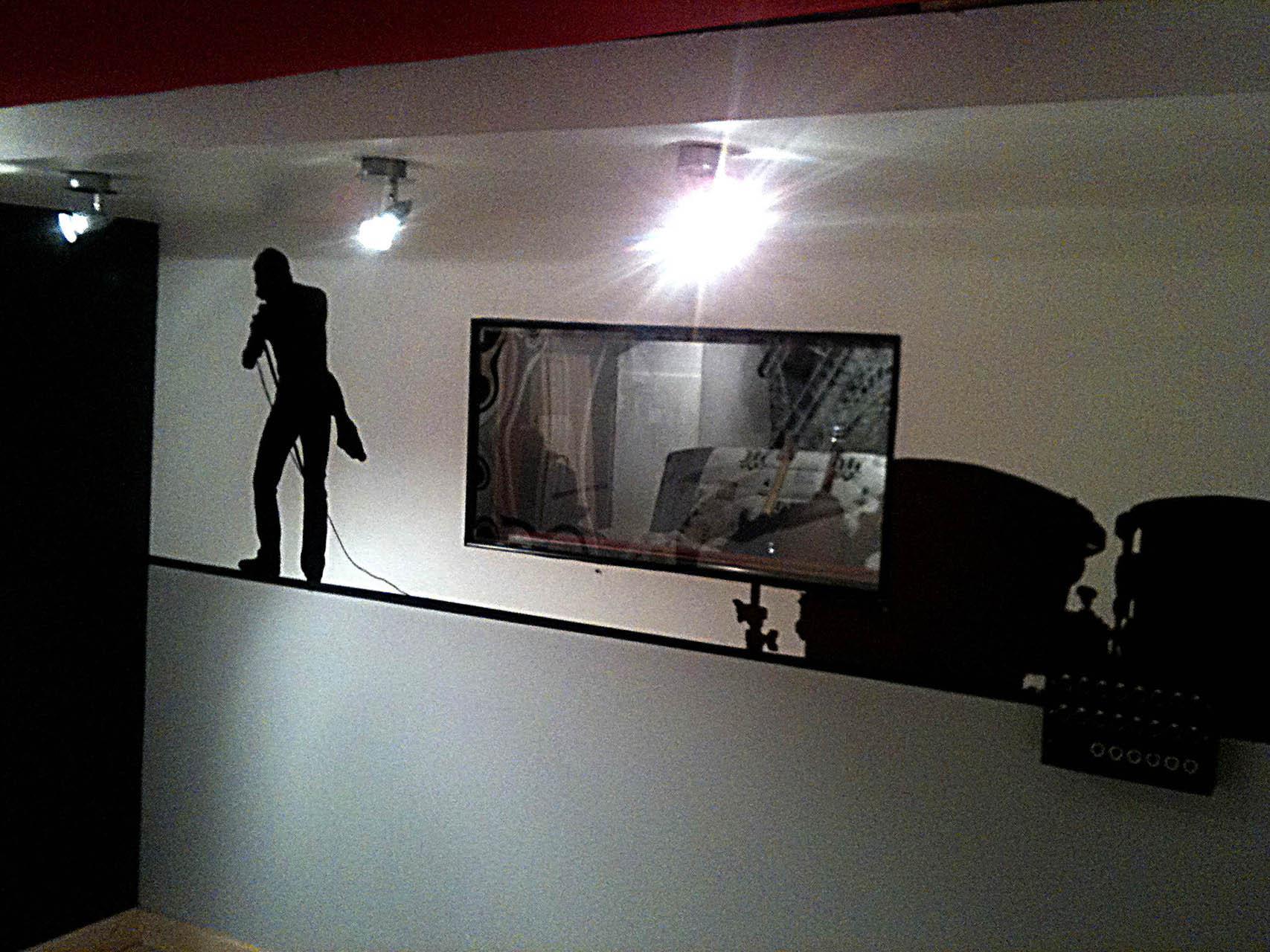 fresques d'une silhouette de batterie et de freddie mercury dans un studio de musique