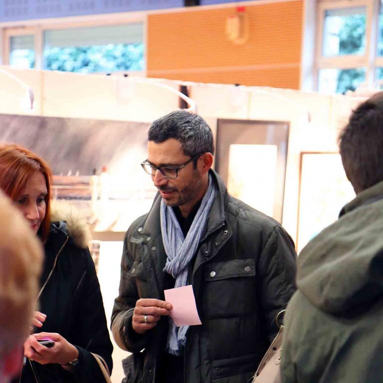 spectateur avec un bulletin de vote lors de l'expositions du festival de gouvieux