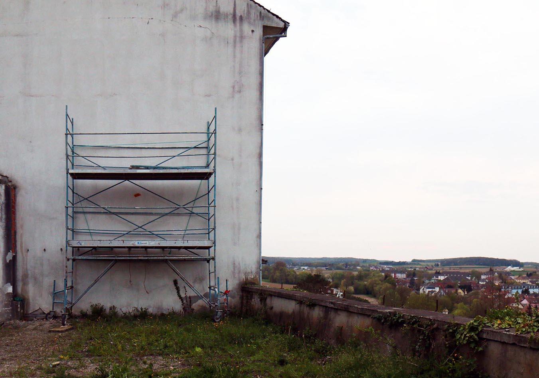 mur vierge avant la fresque pendant l'expositions au festival le court à altkirch