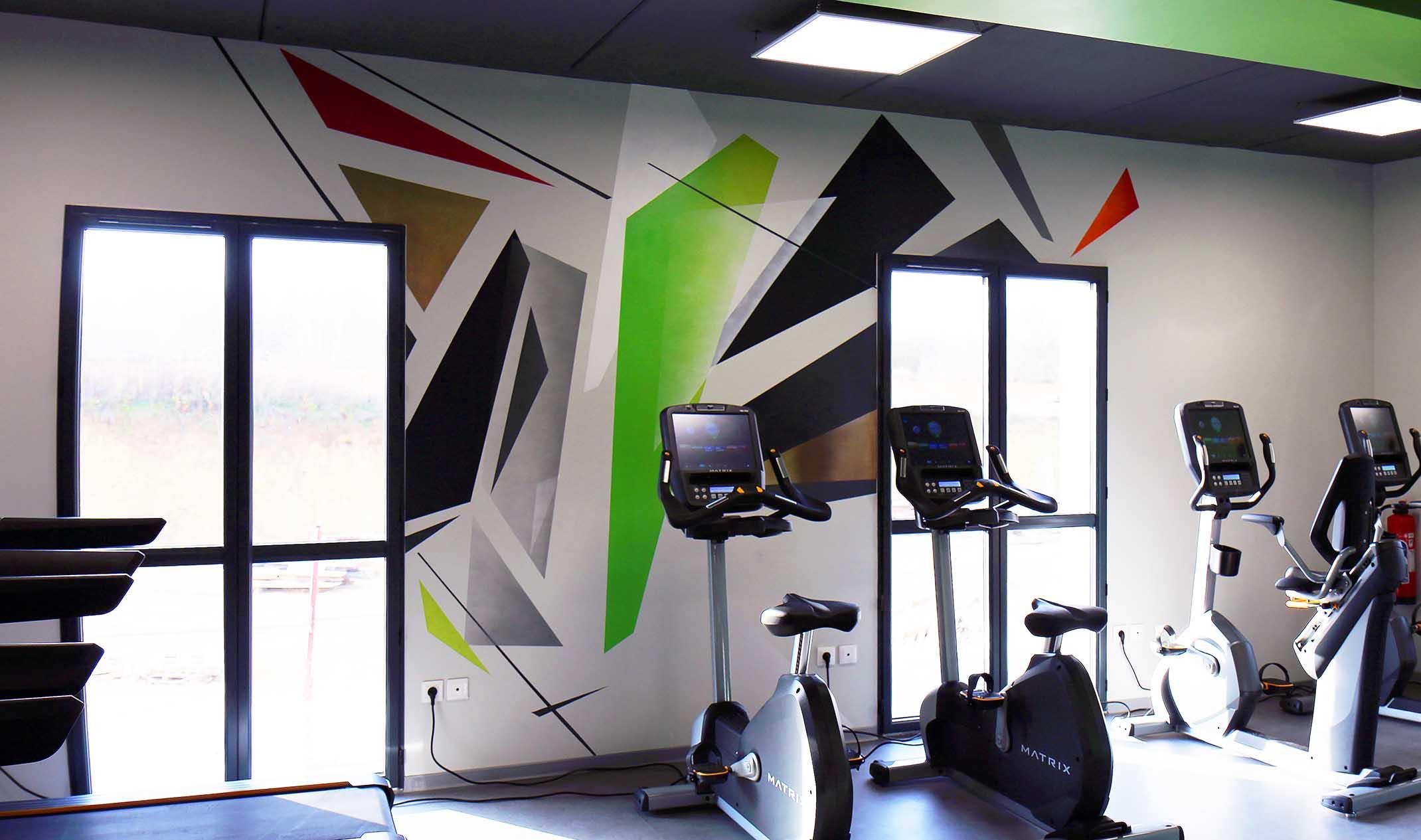 mur décoratif réalisé par frédéric michel-langlet dans la salle de sport fit & spa à la chapelle en serval