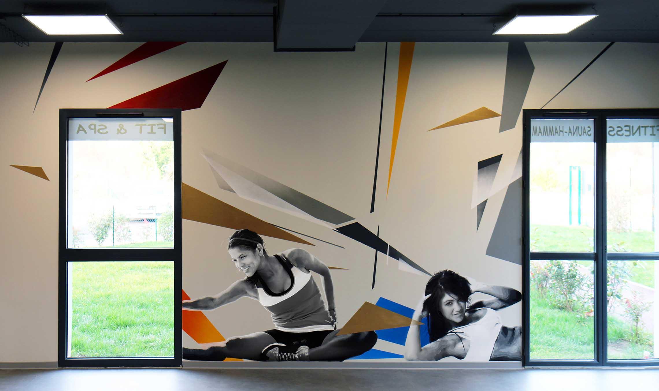 portraits de sportives et décorations colorées réalisés par frédéric michel-langlet dans la salle de sport fit & spa de la chapelle en serval