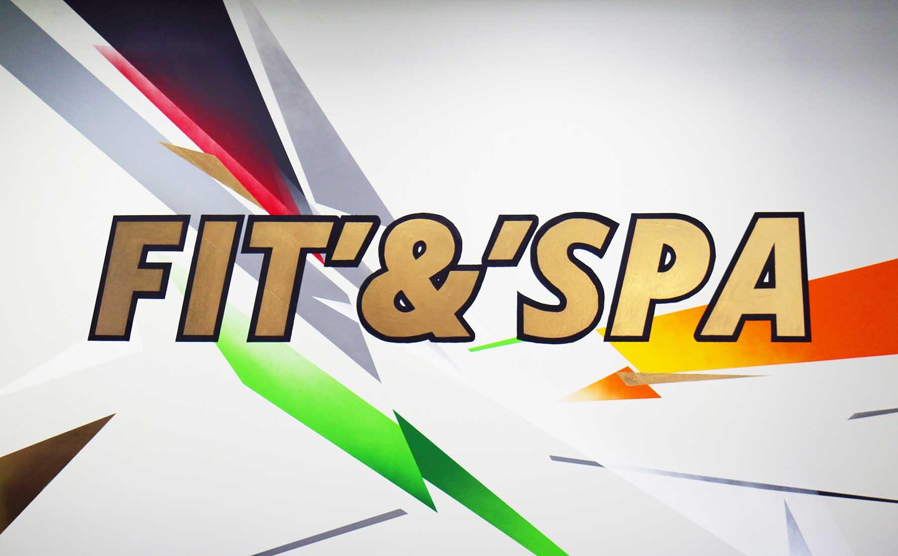 logo FIT & SPA et décorations colorées réalisés par frédéric michel-langlet dans la salle de sport fit & spa