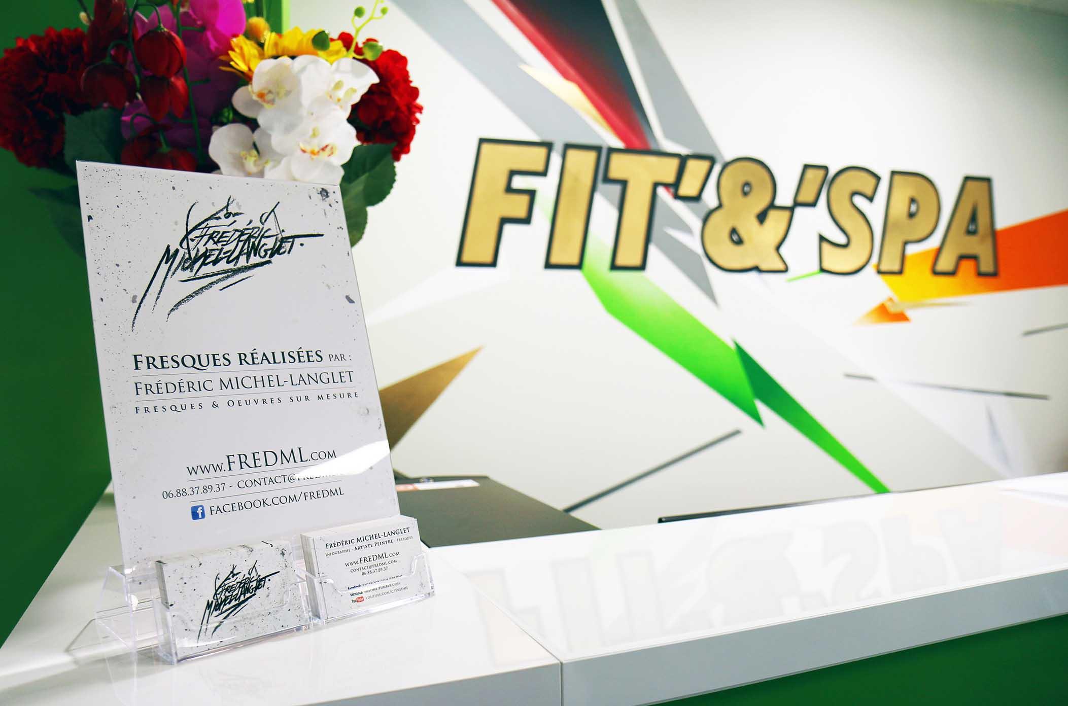 logo FIT & SPA, décorations colorées & présentoir réalisés par frédéric michel-langlet dans la salle de sport fit & spa de la chapelle en serval