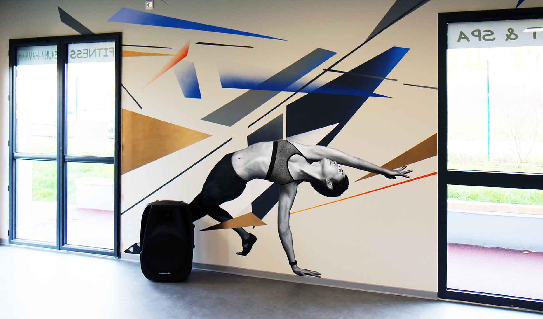 portraits d'une gymnaste et décorations colorées réalisés par frédéric michel-langlet dans la salle de sport fit & spa de la chapelle en serval