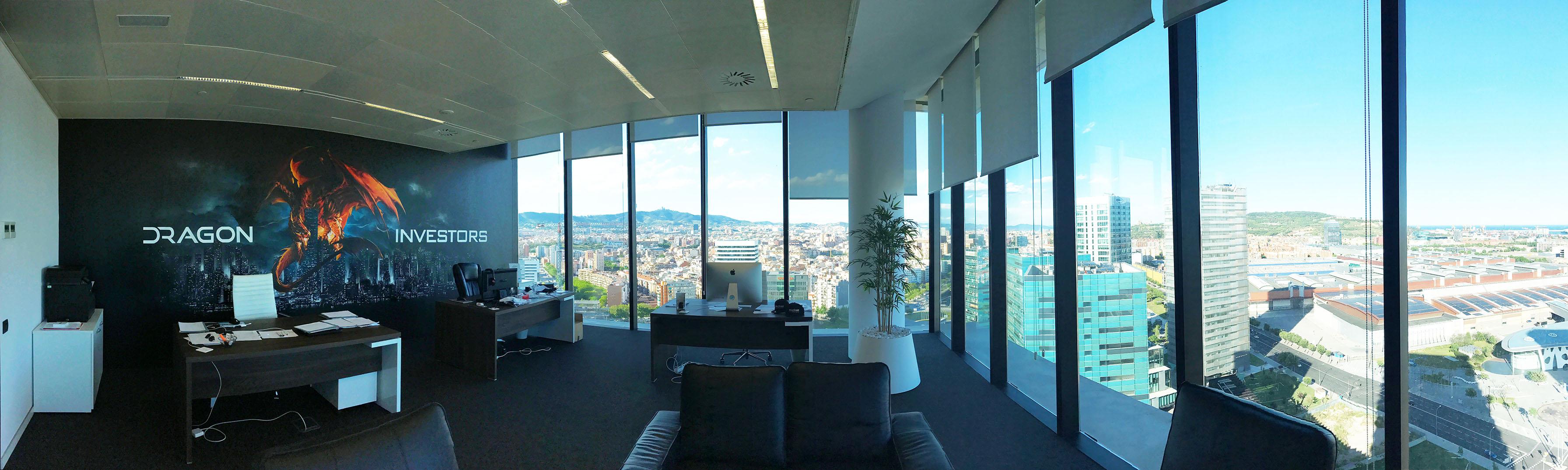 Panorama de la fresque réalisée par frédéric michel-langlet (fredml) à barcelone dans les bureaux de dragon investors