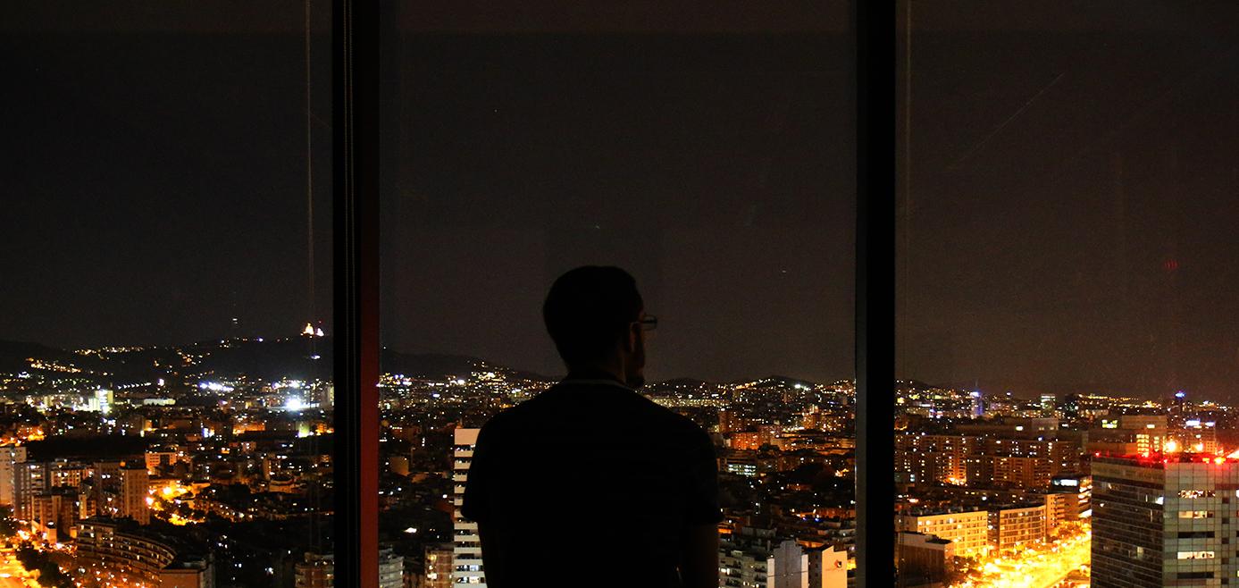Vue sur barcelone la nuit des bureaux de dragon investors à Barcelone sur la placa europa