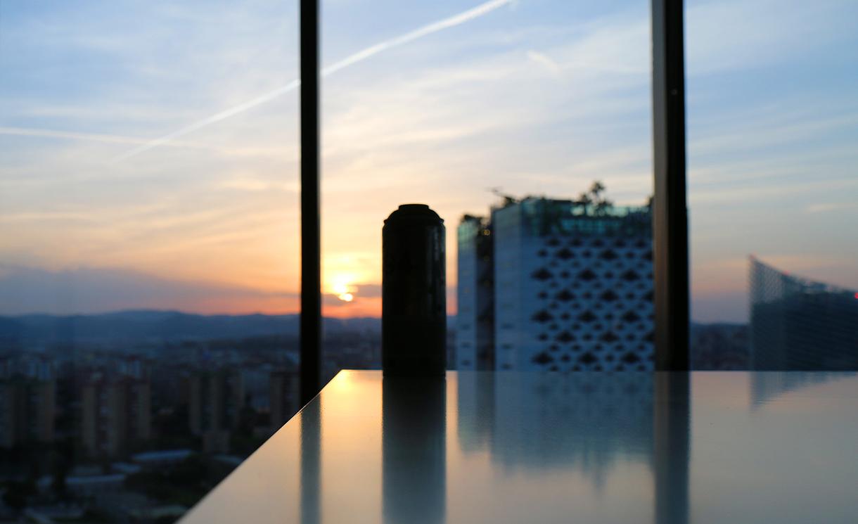 Ambiance de la fresque pendant le couché du soleil sur barcelone dans les bureaux de dragon investors