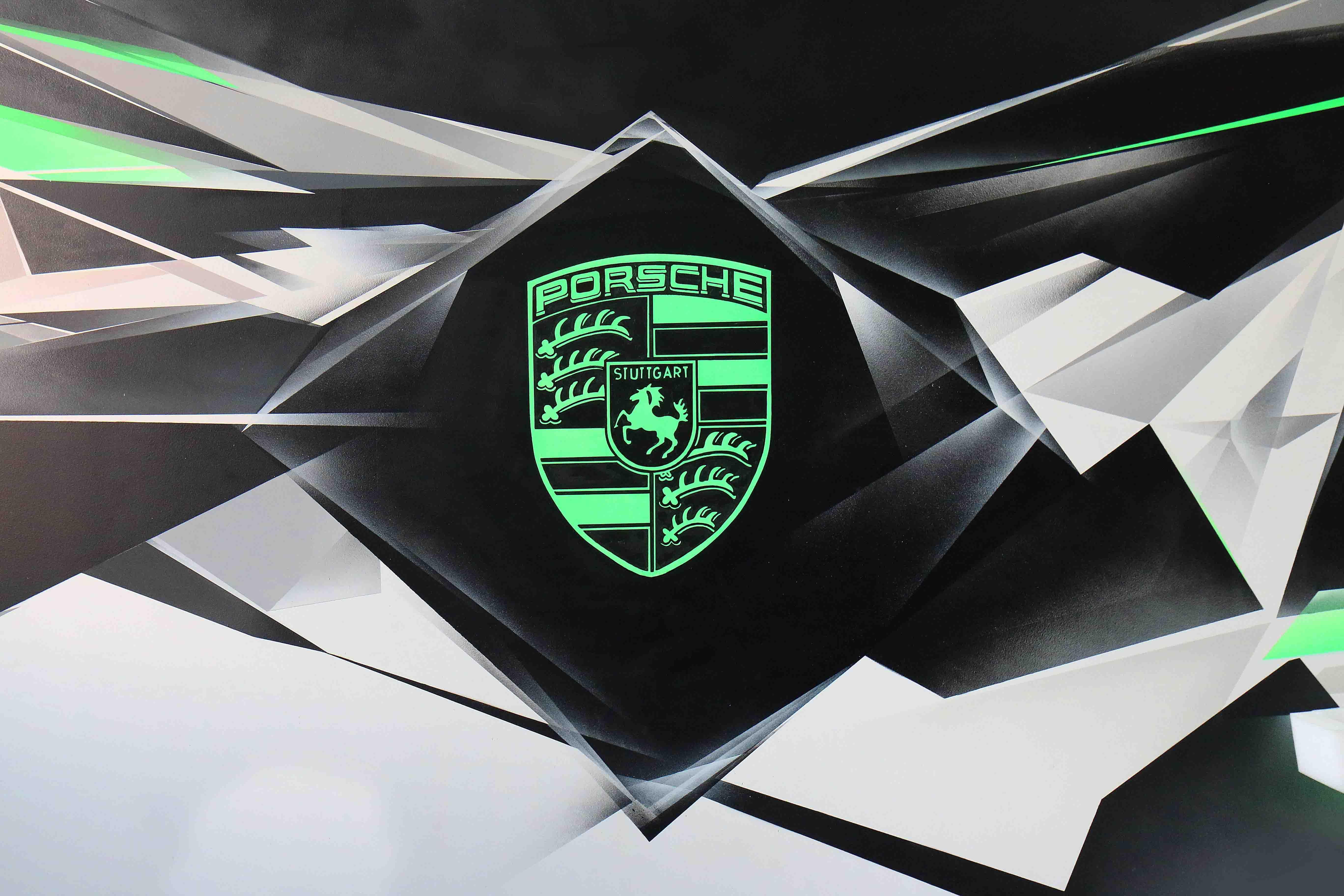 logo porsche vert fluo d'autoperformance 60 à compiègne réalisé par frederic michel langlet fresque sur mesure