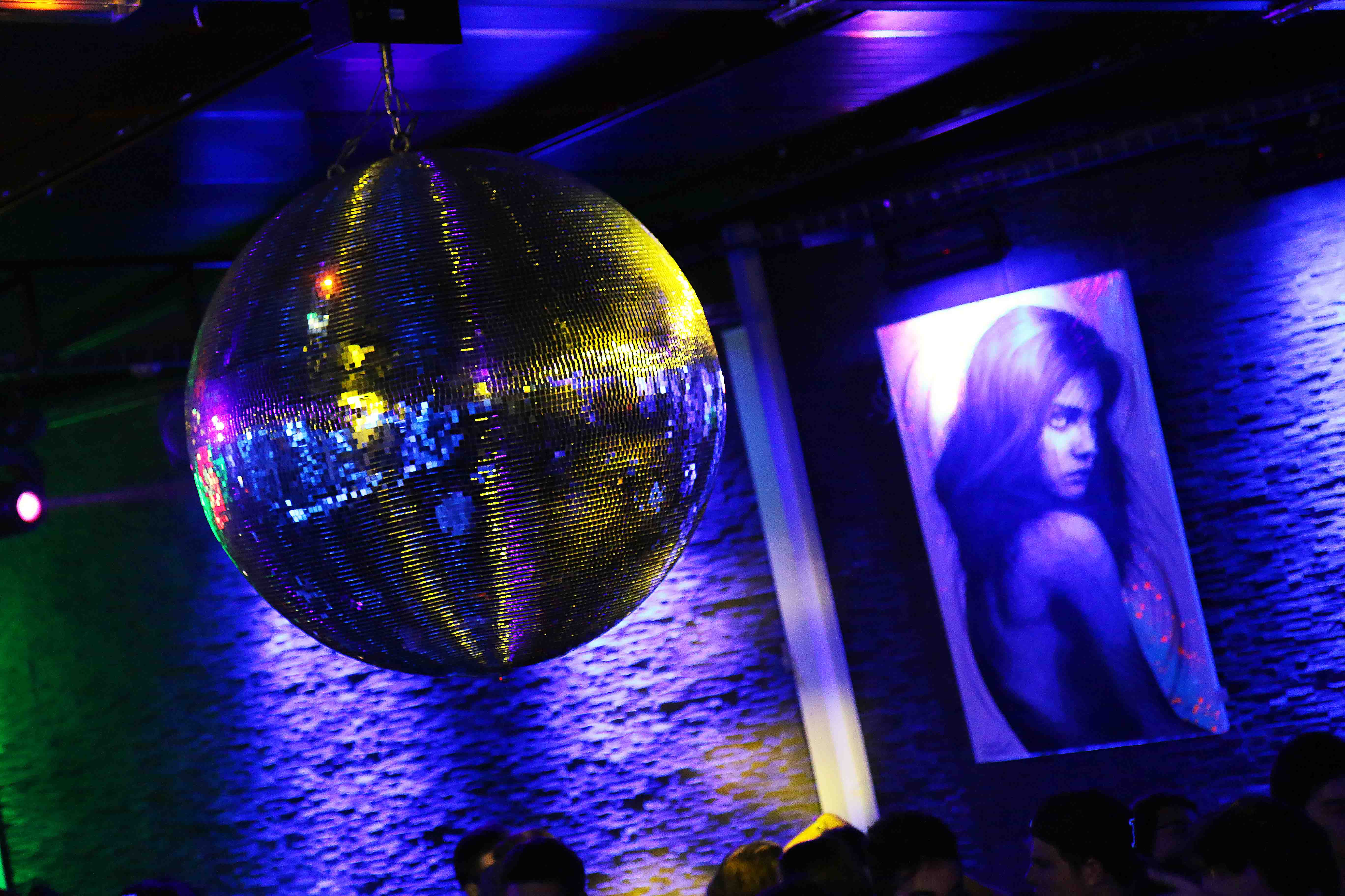 ambiance de l'exposition de frédéric michel langlet de la collection contra stare au vegas pub à l'isle adam