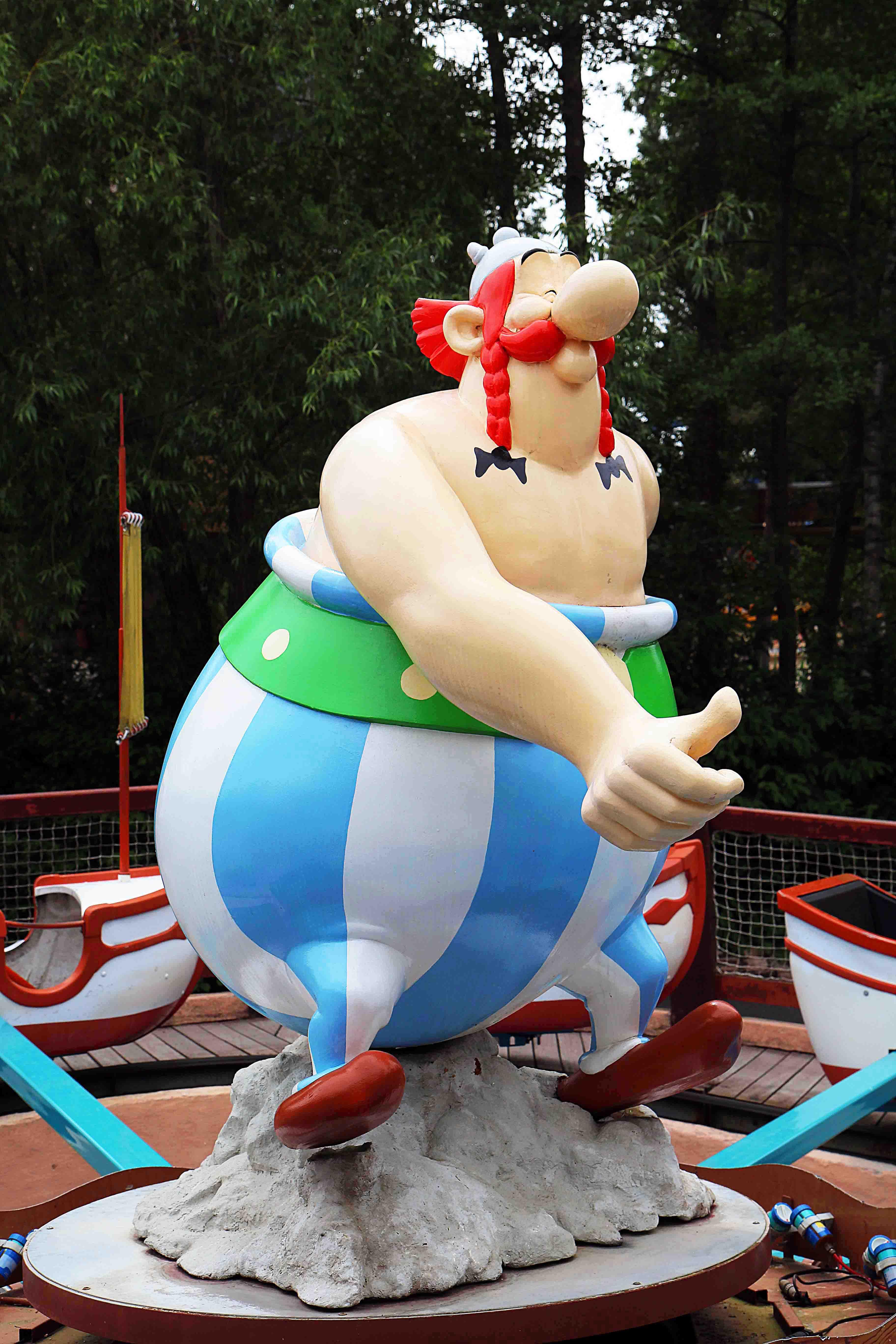 Statue d'obelix de l'attraction les chaudrons magiques réalisé au parc astérix par frederic michel langlet